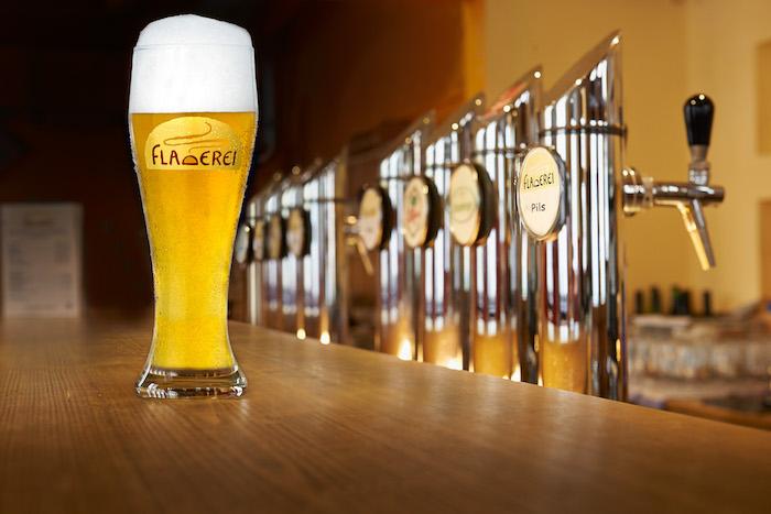 Glas Bier mit Schaumkrone