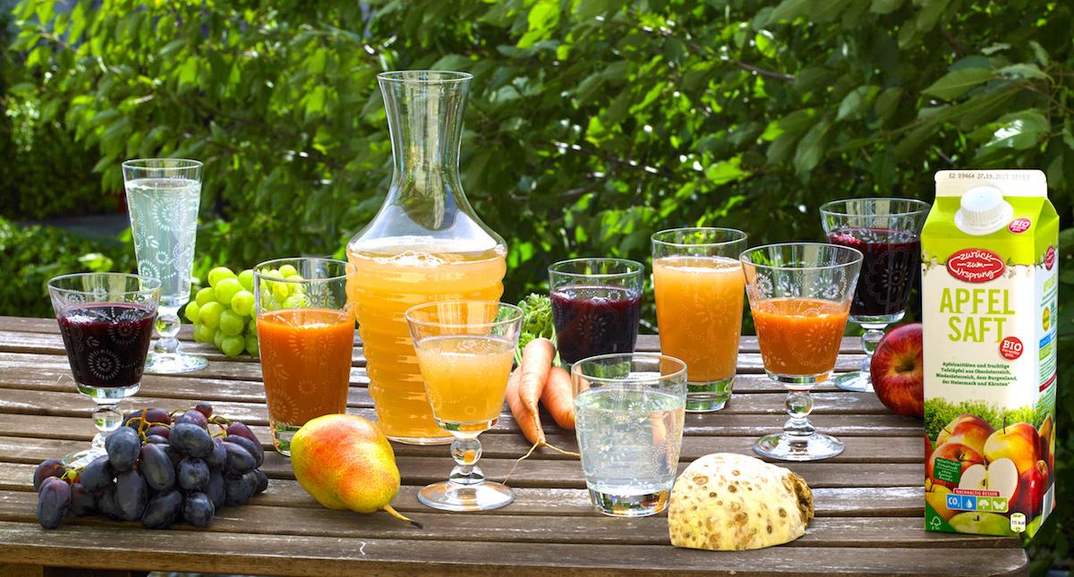 Heurigentisch mit Gläsern und bio-Obstsäften